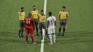 A sus 60 años y con 50 hijos... ¡El vicepresidente de Surinam y dueño del Inter Moengotapoe, se autodenomina capitán y debuta!