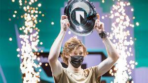 Rublev posando con el título en Rotterdam