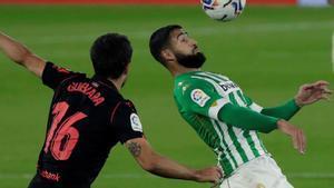 Fekir intenta controlar un balón ante Guevara