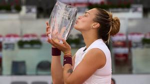 Sabalenka, con el trofeo de campeona en Madrid