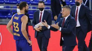 Jasikevicius dialoga con Mirotic durante un partido