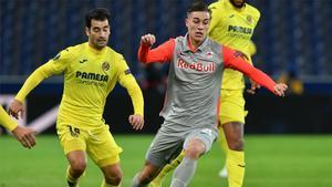 El jugador del Salzburg Luka Sučić conduce el balón frente a Manu Trigueros.