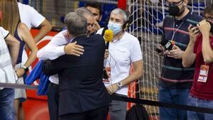 Joan Laporta abraza a Andreu Plaza tras ganar la liga
