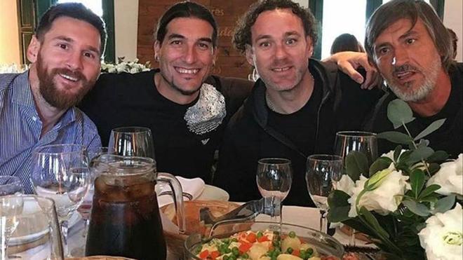 Messi, sonriente junto a Pinto, Milito y Costa