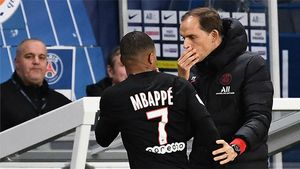 Monumental cabreo de Mbappé con Tuchel: ¡El jugador no razona y el entrenador le tiene que sujetar!