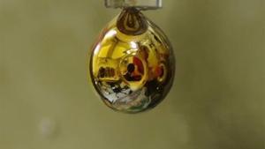 Transforman el agua en metal dorado