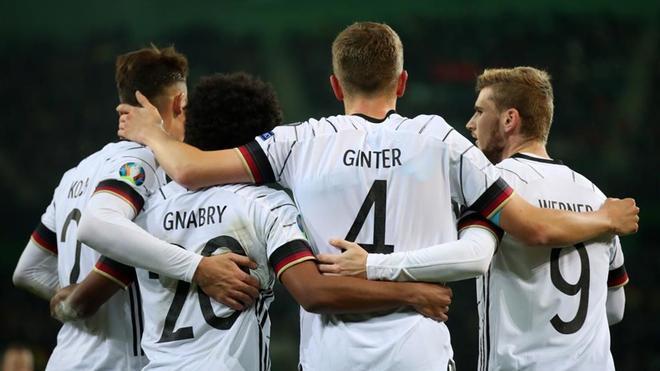 Ginter recibe la felicitación de sus compañeros tras el 1-0