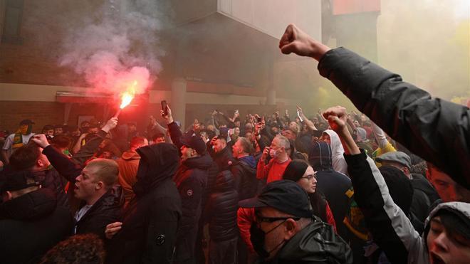 Aficionados protestas en las inmediaciones de Old Trafford