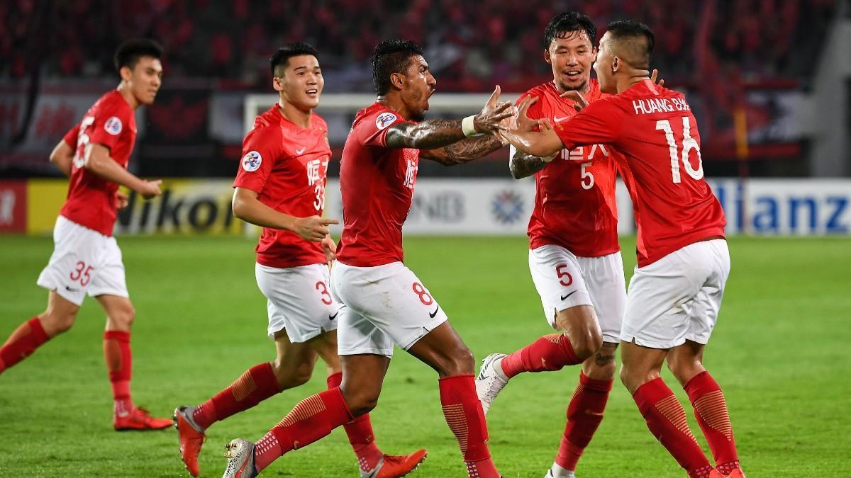 Paulinho celebra un gol con sus compañeros en el Guangzhou Evergrande