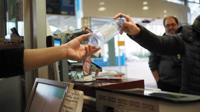Devolver el envase a la tienda evitaría tirar 6.000 millones de latas y botellas en España