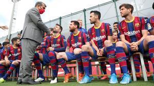 Joan Laporta saluda a los capitanes del Barça de la pasada temporada