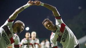 Gabigol y Bruno Henrique festejan uno de los tantos en Goiania