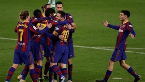 Los jugadores del Barça celebran el tanto de Trincao