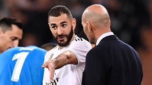 Benzema charla con Zidane