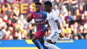 Ansu Fati y Vinicius en una jugada durante el clásico en el Camp Nou