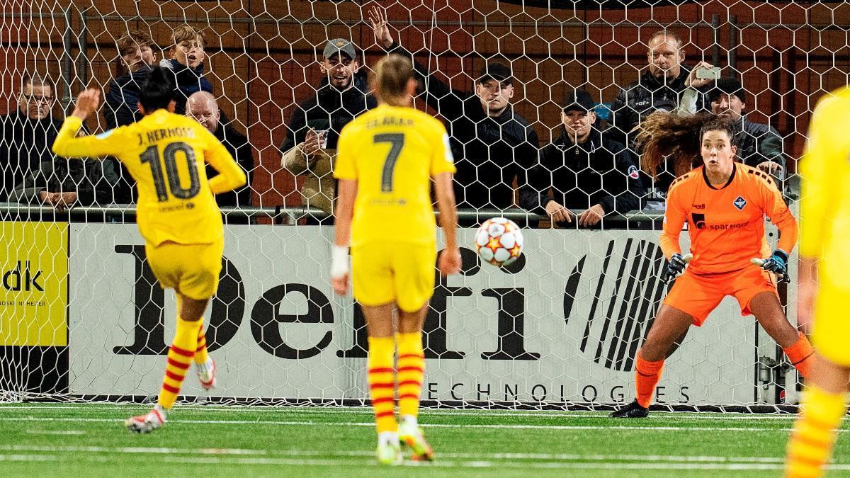 Jenni Hermoso anotando el 0-2 desde el punto de penalti