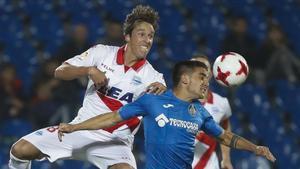 El centrocampista del Getafe Arambarri disputa un balón al alavesista Pina