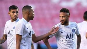 Neymar y Mbappé durante un calentamiento con Thomas Tuchel