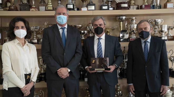 de izquierda a derecha, Rocío de Aguilera, secretaria general de Sport Cultura Barcelona; Albert Agustí, presidente de Sport Cultura Barcelona; Carlos Sainz y Josep Mateu, presidente del RACC