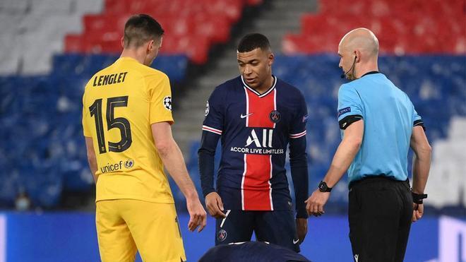 Lenglet cometió un absurdo penalti que Mbappé transformó