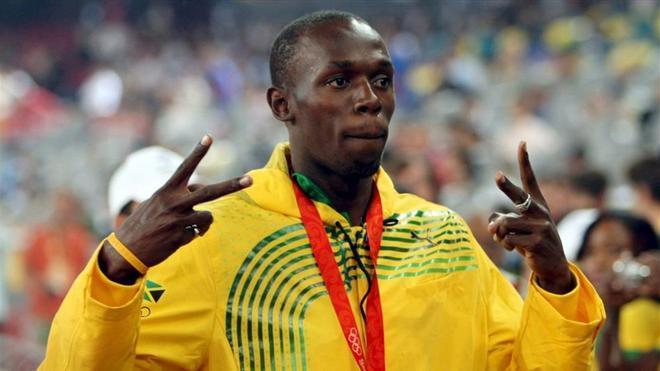 Bolt con su medalla de oro en la final de los 200 metros en Pekín 2008