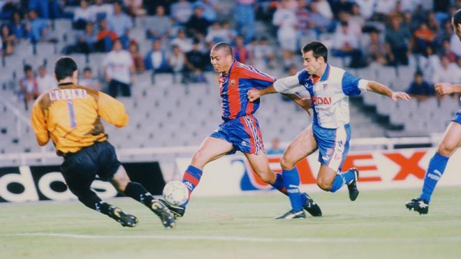 Una acción de Ronaldo en el partido de ida de la Supercopa de España de 1996 contra el Atlético de Madrid