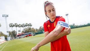 Alexia Putellas posa con el brazalete de capitana de la Selección española