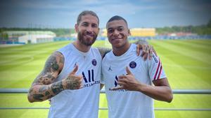 Sergio Ramos posando junto a Mbappé