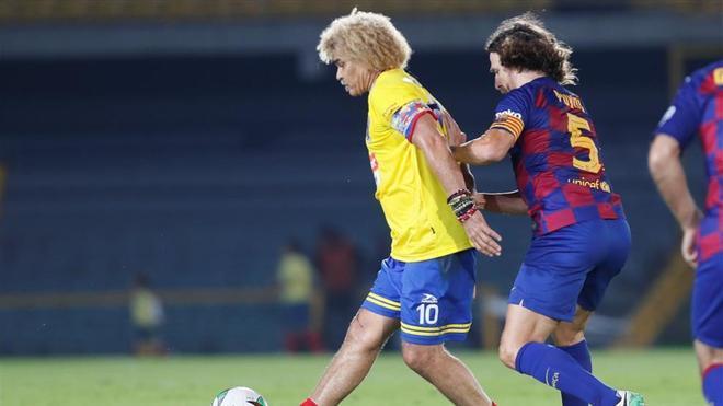 Puyol y Valderrama luchan por el cuero