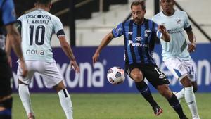 Hernán Figueredo de Liverpool disputa un balón con Facundo Martínez de Universidad Católica