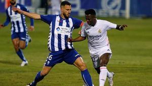 Vinicius pugna con Jony en una acción del Alcoyano - Madrid