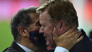 Laporta y Koeman abrazándose tras el partido