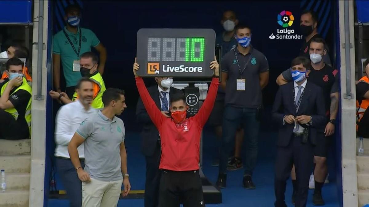 El cuarto árbitro, mostrando el tiempo añadido del Espanyol - Atlético