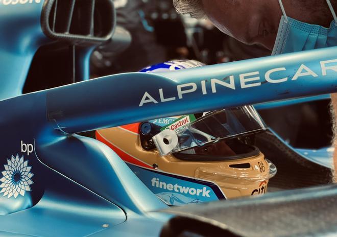 Fernando Alonso , concentrado en su monoplaza