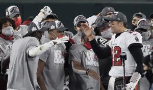 Brady celebra el triunfo junto a sus compañeros.