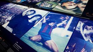 Los aficionados del FC Barcelona recuerdan a Maradona