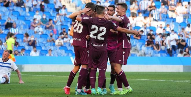 Los jugadores de la Real celebran uno de los goles en el amistoso ante el Alavés