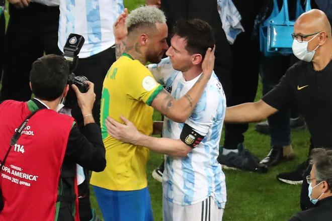 Así fue el sentido abrazo de Messi y Neymar