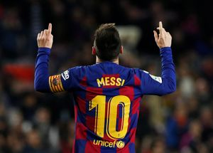 Leo Messi subasta sus botas por una buena causa