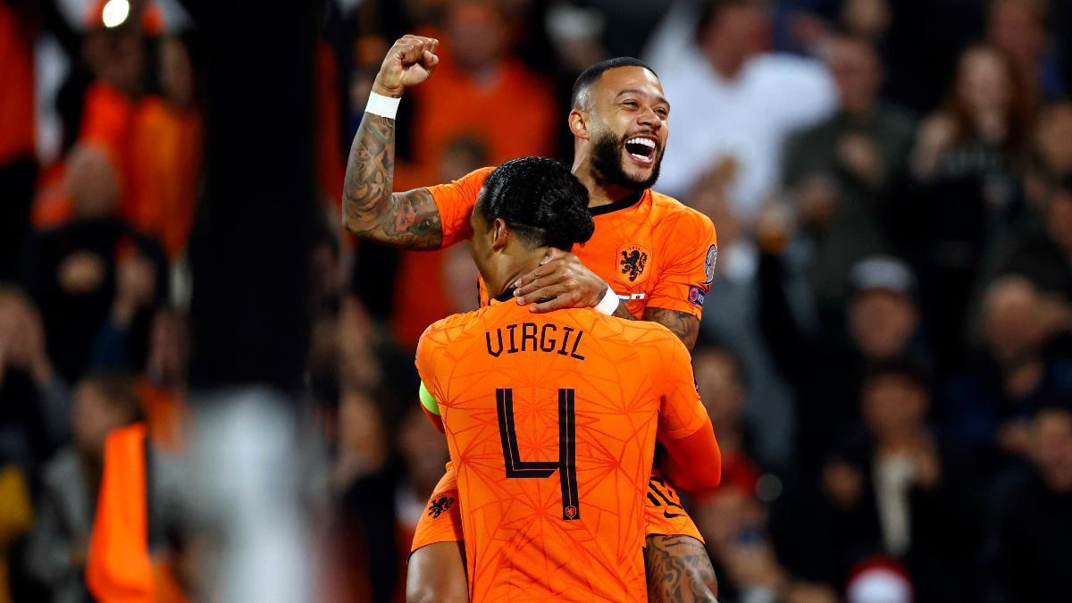 Memphis, celebrando un gol con Van Dijk