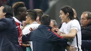 Balotelli también se las tuvo con Cavani durante el partido