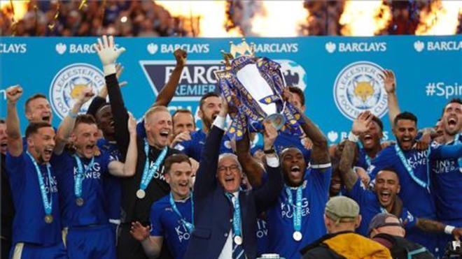 Los jugadores y el técnico del Leicester City levantando el trofeo de campeones de la Premier