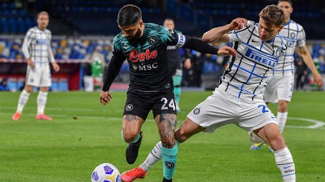 Insigne y Barella pugnan por un balón durante un duelo Nápoles - Inter