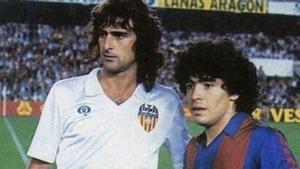 Kempes junto a Maradona en un partido de Liga