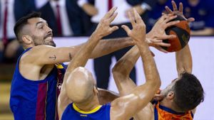 Pierre Oriola y Nick Calathes, ante el Valencia Basket