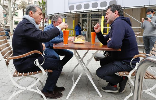 Àlex Santos desayunando con Joan Laporta