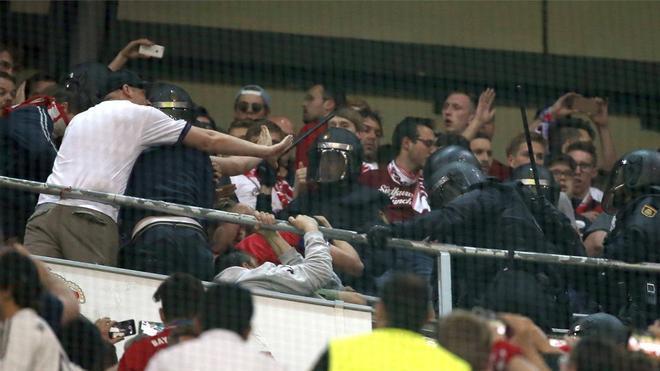 Antidisturbios entran en la zona de aficionados del Bayern Múnich, durante el partido frente al Real Madrid