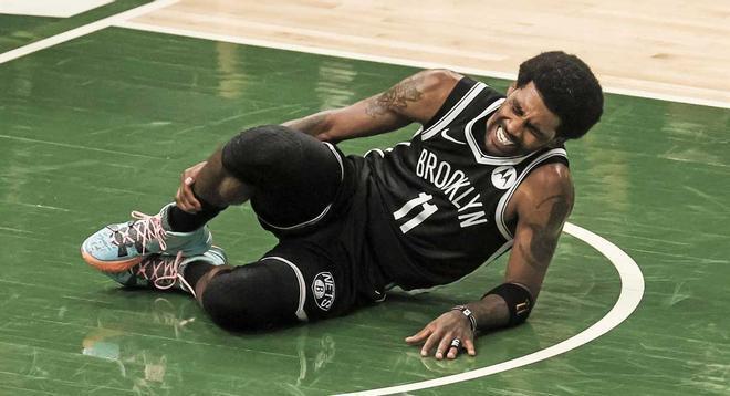 Irving se duele de su esguince en el tobillo derecho.