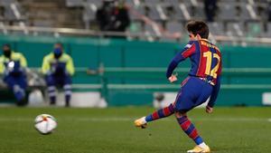 Riqui Puig durante la tanda de penalties de la primera semifinal de la Supercopa de España de fútbol entre la Real Sociedad y el FC Barcelona que se disputa en el Nuevo Arcángel, en Córdoba