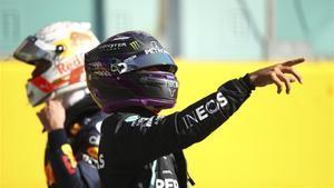 Hamilton celebrando su séptima pole de la temporada.